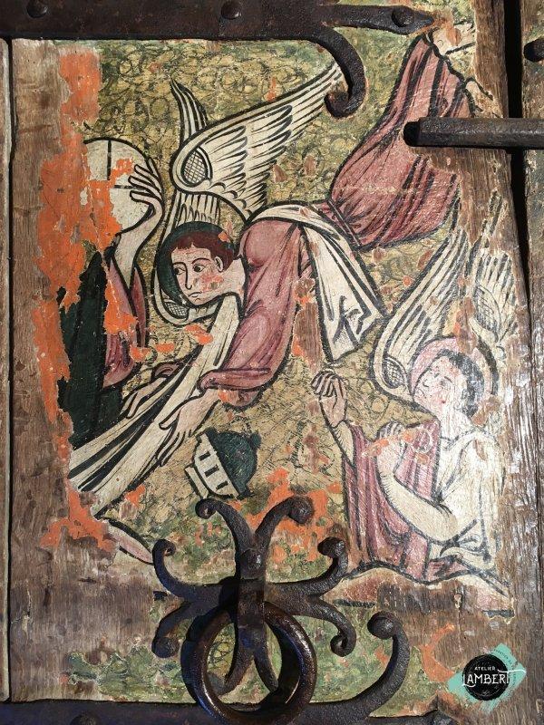 Photographie de l'oeuvre Armoire Peinte, de Artisan du Moyen-Age. Nature de l'intervention: Refixage de la couche picturale