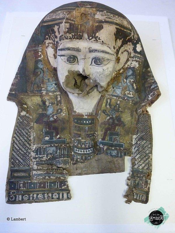 Photographie de l'oeuvre Masque de momie, de Artisan égyptien. Nature de l'intervention: Refixage et nettoyage de la couche picturale. Remise en forme.