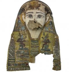 Photographie de l'oeuvre Masque de momie, de Artisan égyptien. Nature de l'intervention: Refixage et nettoyage de la couche picturale. Remise en forme..